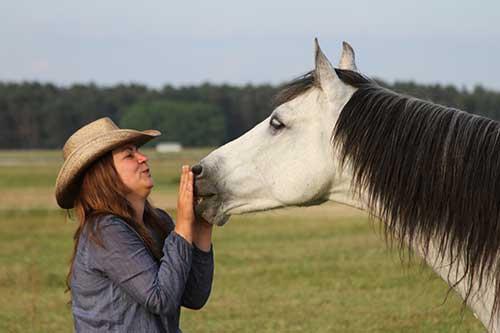 Trainerin Nikolina Salvaggio mit ihrem Pferd